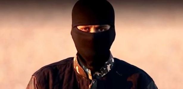 Combatente do EI em vídeo do grupo, que tem suas origens no período em que o Iraque estava mergulhado em violência sectária