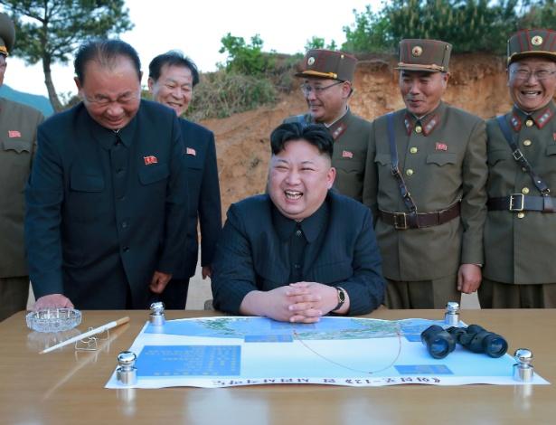 15.mai.2017 - O ditador norte-coreano, Kim Jong-un, ri durante lançamento de míssil, em foto divulgada por agência estatal