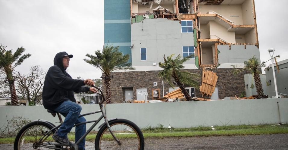 26.ago.2017 - Homem pedala ao passar por hotel atingido pelo furacão Harvey em Rockport, cidade costeira no Texas que estava na rota do fenômeno