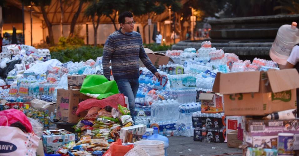 20.set.2017 - Homem anda no meio de suprimentos que foram reunidos na rua após um forte terremoto atingir a Cidade do México