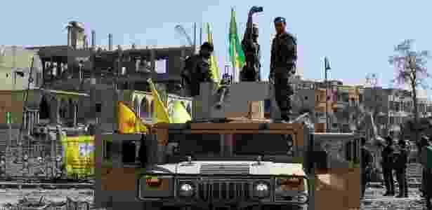 Soldado das Forças Democráticas Sírias faz uma selfie sobre carro militar em Raqqa, na Síria - Rodi Said/ Reuters