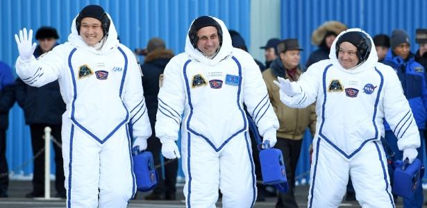 O astronauta Norishige Kanai (esq.) chegou à ISS em dezembro para uma missão de seis meses