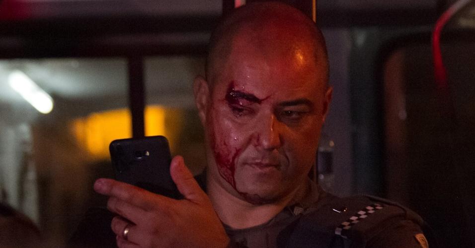 11.jan.2018 - Policial fica ferido durante protesto organizado pelo Movimento Passe Livre (MPL) contra o aumento do preço das passagens de ônibus, metrô e trem na capital paulista, no centro da cidade