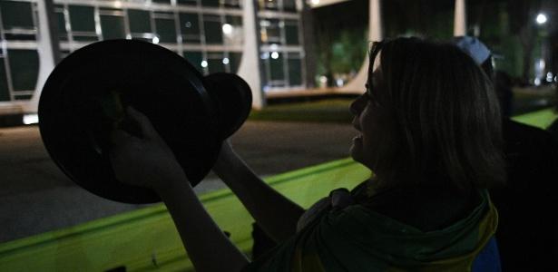 Manifestantes contra o ex-presidente Lula na Praça dos Três Poderes, em Brasília, criticam o STF