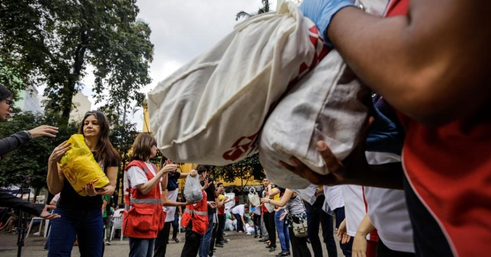 1º.mai.2018 - Voluntários recolhem donativos para as famílias que ocupavam o prédio que pegou fogo e desabou no centro de SP
