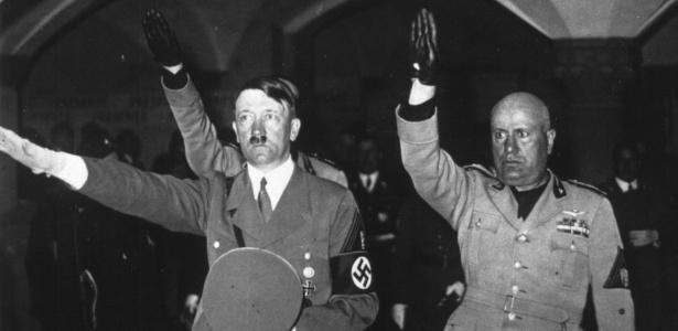 """Hitler e Mussolini fazendo saudação nazi-fascista, em foto de 1938; para pesquisador do fascismo, o maior perigo atual é """"a democracia que se suicida"""" - Getty Images"""