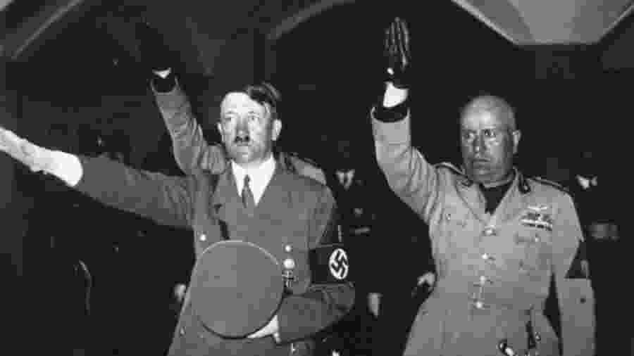 Hitler e Mussolini fazendo saudação nazi-fascista, em foto de 1938 - Getty Images