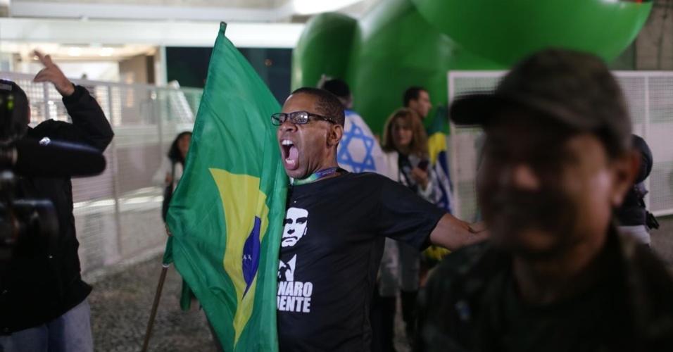 Apoiador de Jair Bolsonaro comemora o início da apuração dos votos, na avenida Paulista, em São Paulo
