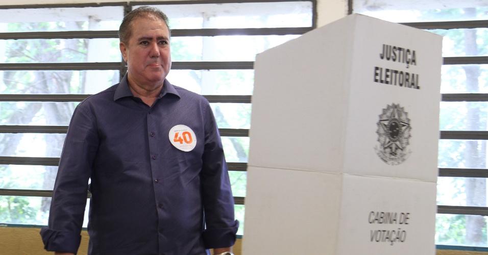 28.out.2018 - O prefeito de Campinas, Jonas Donizetti (PSB), vota na Escola Milton de Tolosa, em Campinas, interior de São Paulo