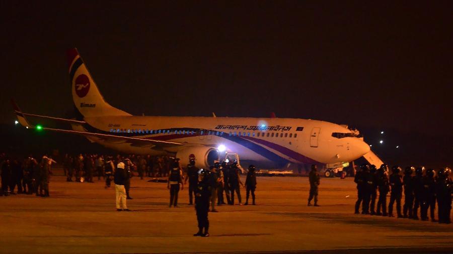 24.fev.2019 - Seguranças são vistos perto de avião da companhia Biman Bangladesh - STR/AFP
