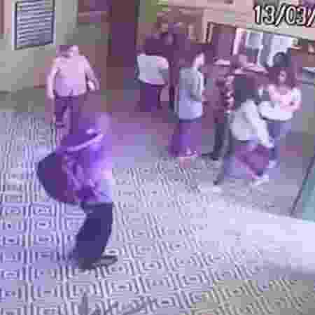 13.mar.2019 - Momento em que um dos assassinos inicia os disparos na Escola Estadual Professor Raul Brasil, em Suzano - Reprodução/TV UOL