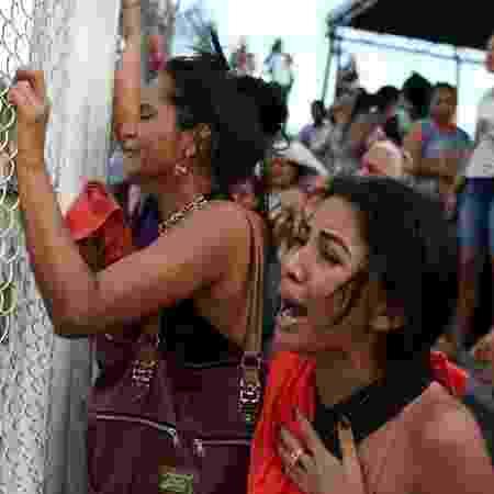 27.mai.2019 - Parentes de detentos do Compaj, em Manaus, se desesperam em busca de notícias após massacre - Bruno Kelly/Reuters