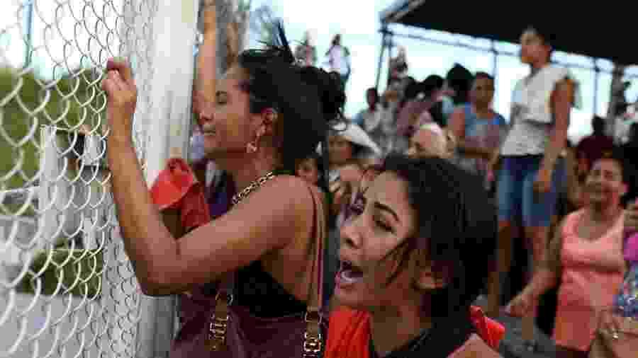 Parentes de detentos do Compaj, em Manaus, se desesperam em busca de notícias após massacre; para socióloga, sociedade não tem empatia pela população carcerária - Bruno Kelly/Reuters