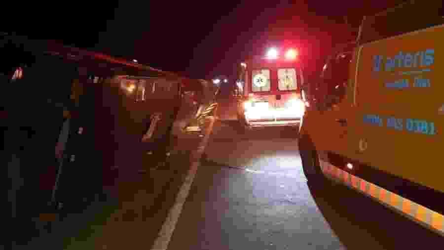 Trabalhos de resgate após ônibus tombar na Rodovia Fernão Dias com 44 passageiros - Redes sociais