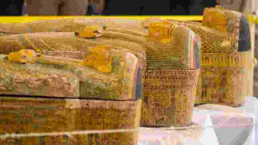 Trinta sarcófagos de madeira pintada foram encontrados no sul do Egito - KHALED DESOUKI/AFP