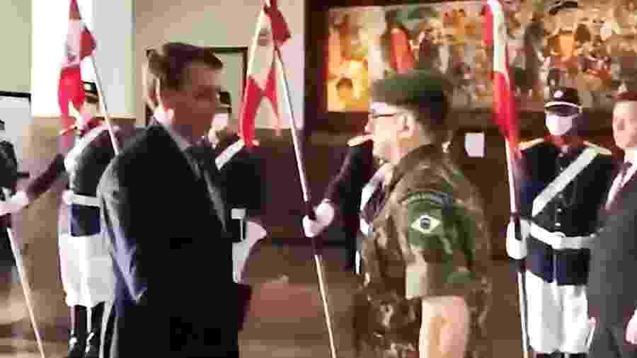 O presidente Jair Bolsonaro estendeu a mão, mas militares o ofereceram o cotovelo no RS - Reprodução