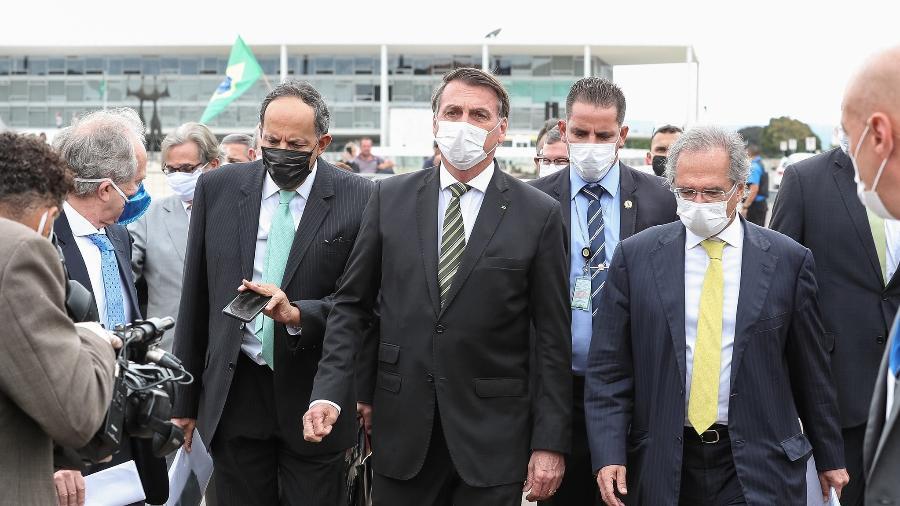 7.mai.2020 - Presidente Jair Bolsonaro caminha ao lado de Braga Netto e Paulo Guedes até o STF para reunião com Dias Toffoli - Marcos Correa/PR