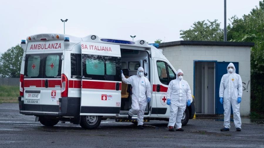 Profissionais da saúde no combate ao novo coronavírus em Bérgamo, na Itália - Pacific Press / LightRocket via Getty Images