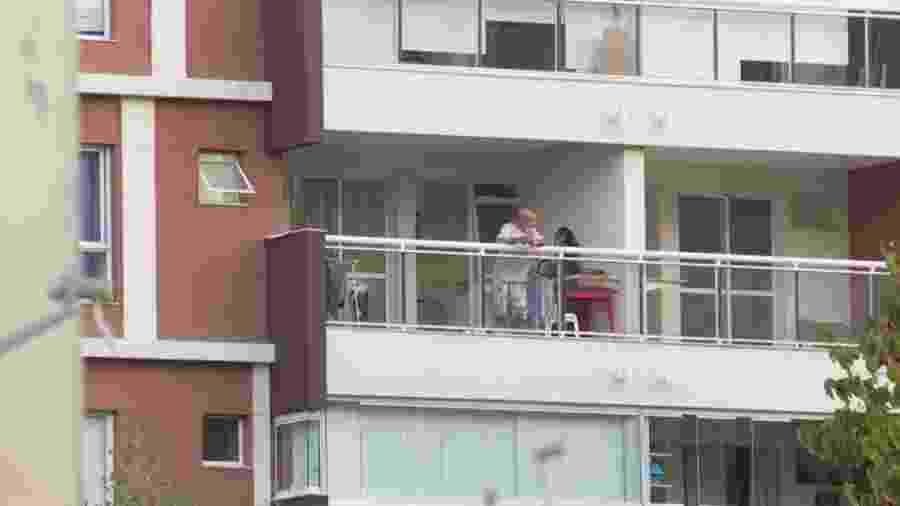 Fabrício Queiroz aparece na varanda em prisão domiciliar no Rio de Janeiro - Reprodução/GloboNews