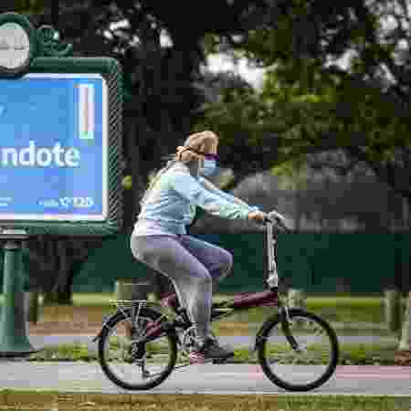 De máscara, mulher anda de bicicleta em Buenos Aires, na Argentina - Marcelo Endelli/Getty Images - Marcelo Endelli/Getty Images