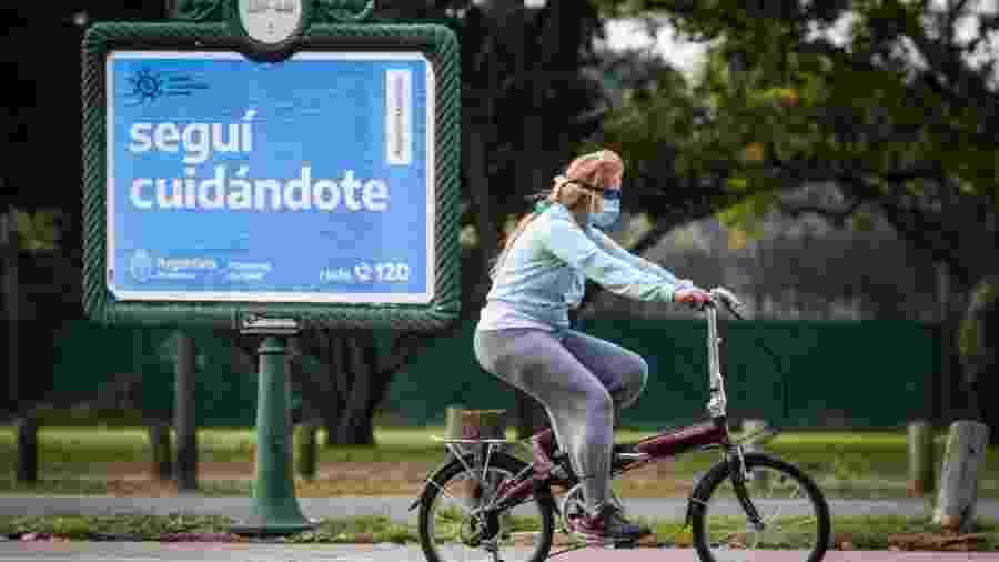De máscara, mulher anda de bicicleta em Buenos Aires, na Argentina, em julho deste ano - Marcelo Endelli/Getty Images