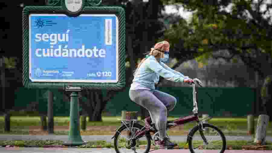 De máscara, mulher anda de bicicleta em Buenos Aires, na Argentina - Marcelo Endelli/Getty Images