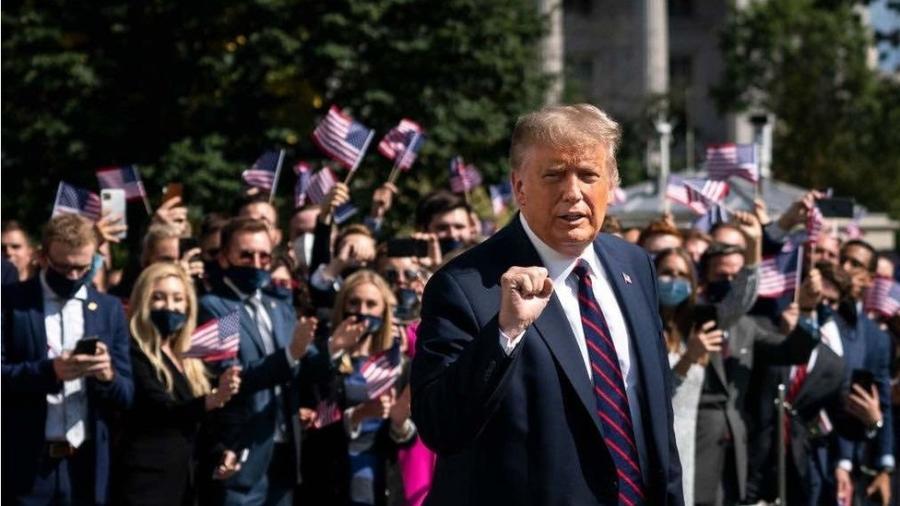 O presidente Donald Trump recebeu ontem alta do hospital onde foi internado com covid-19 - Getty Images