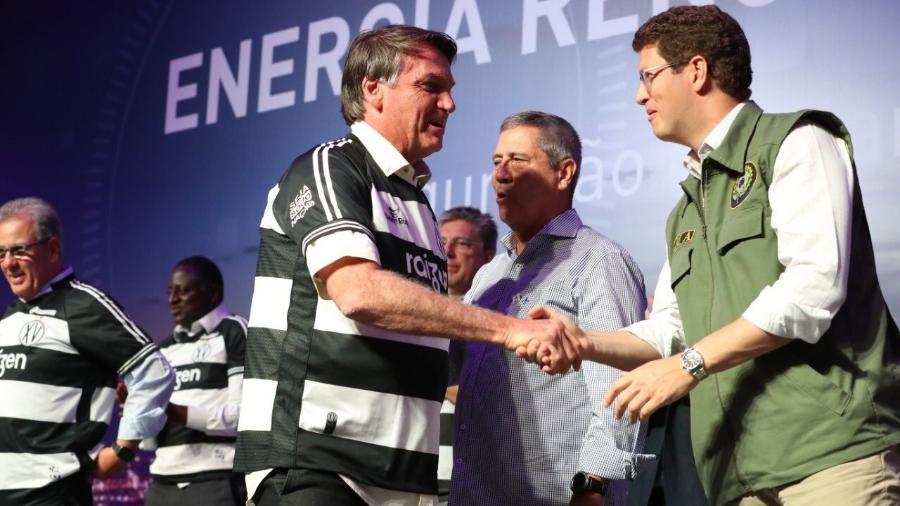 Jair Bolsonaro aperta a mão do ministro do Meio Ambiente Ricardo Salles em evento de inauguração de uma usina de biogás no interior de São Paulo - Reprodução/Twitter