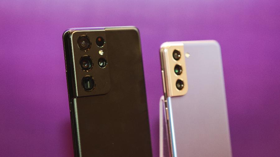 Galaxy S21 Ultra (esq.) ao lado do Galaxy S21 - Divulgação/Samsung