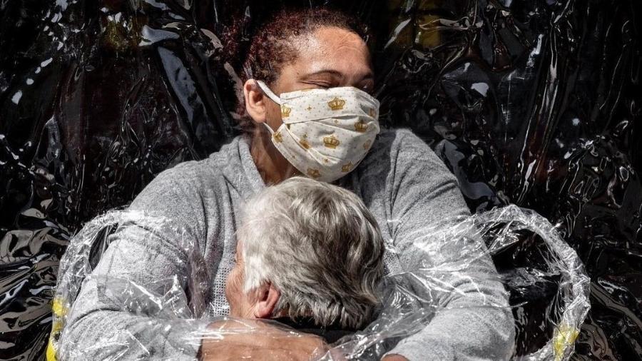 A imagem de Mads Nissen, vencedor do principal prêmio do concurso de fotojornalismo, imortaliza o primeiro abraço em cinco meses de uma residente de 85 anos em um lar de idosos de São Paulo em agosto de 2020 - Reprodução/Instagram/Mads Nissen