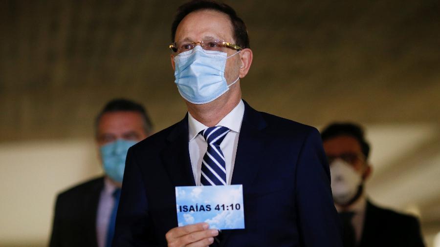 Carlos Wizard chega para depor na CPI da Covid com um cartaz em referência a uma passagem bíblica - Adriano Machado/Reuters
