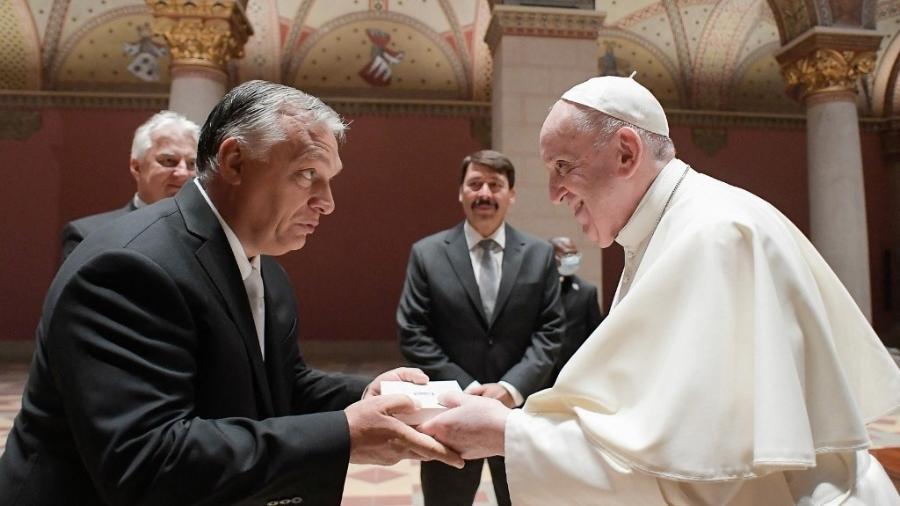 Papa Francisco cumprimenta o primeiro-ministro da Hungria, Viktor Orban - VATICAN MEDIA/AFP