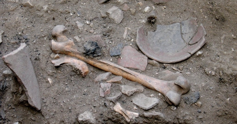 26.ago.2015 - Doze esqueletos humanos de judeus hereges que datam do século 16 e 17, prováveis vítimas da inquisição lusa, foram encontradas por arqueólogos em um monte em Évora, em Portugal