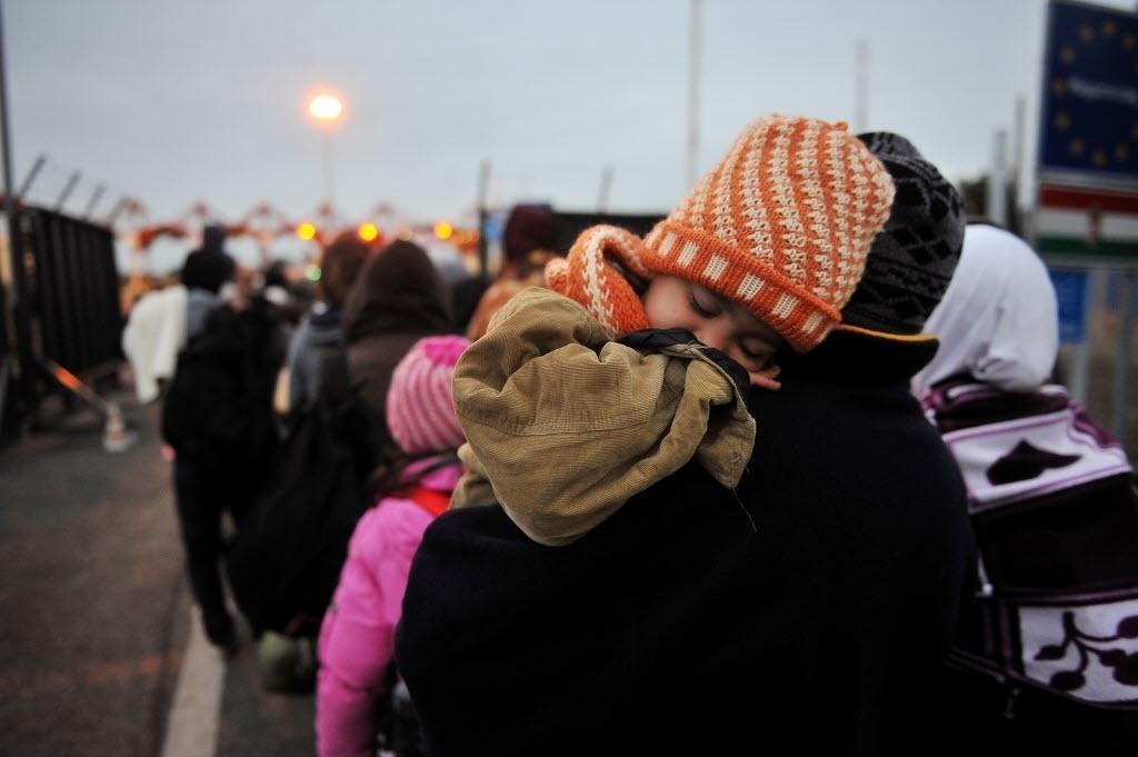 29.set.2015 - Grupo de imigrantes atravessa a pé a fronteira entre a Croácia e a Hungria. A Croácia não permitirá que seja aberta uma segunda rota de entrada de refugiados em seu território desde o sul, por isso que prepara-se para reforçar a presença policial na fronteira de Montenegro
