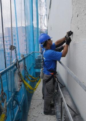 5.out.2015 - Operários restauram fachada do edifício Copan, projetado pelo arquiteto Oscar Niemeyer, na região central de São Paulo