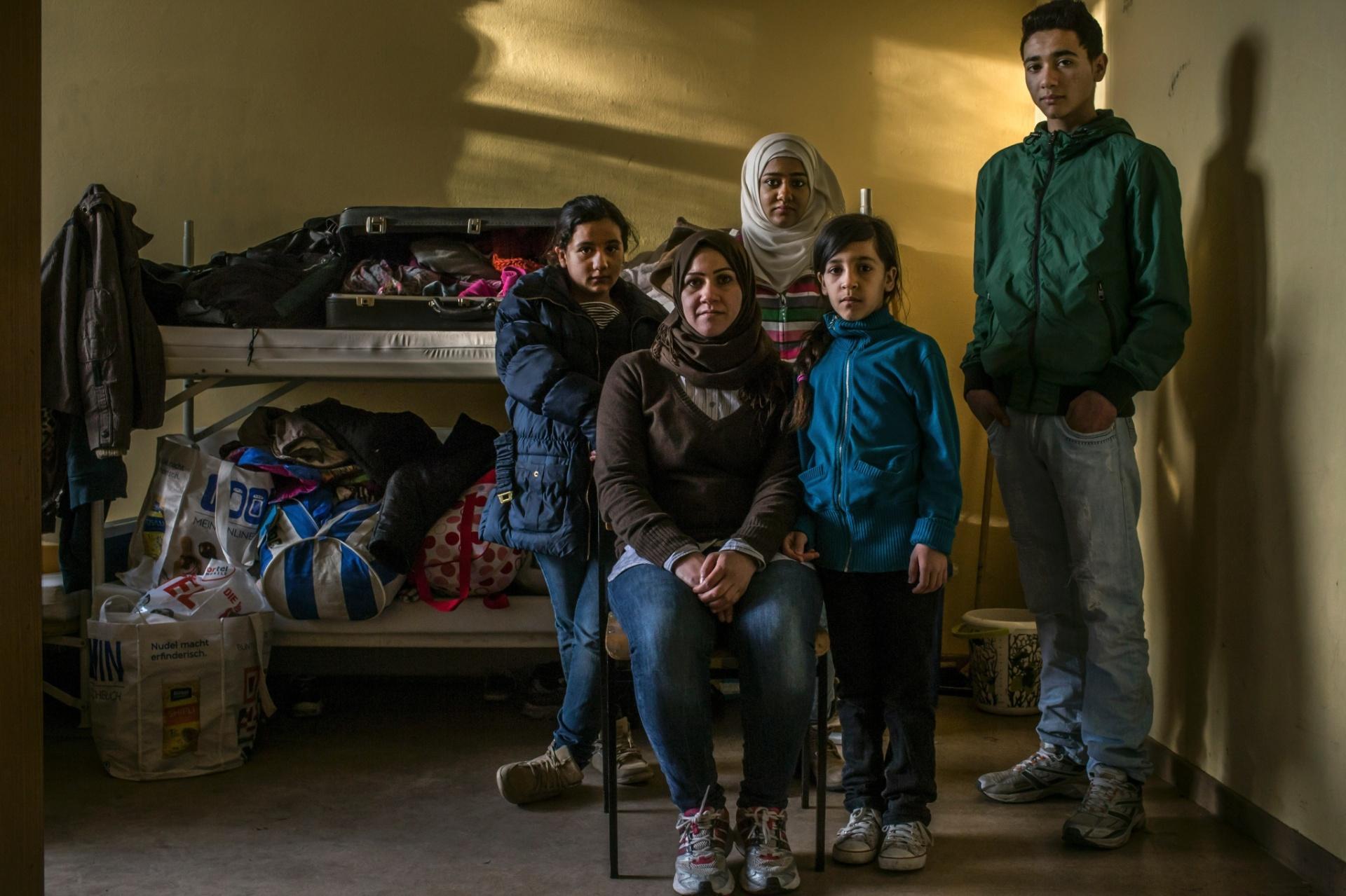 27.dez.2015 - Hivrun Kurdi com seus filhos em abrigo em Bramsche, Alemanha. Ela é tia de Alan Kurdi, de 2 anos, que morreu no Mar Mediterrâneo. A foto do corpo do menino tornou-se símbolo do drama dos refugiados da guerra na Síria