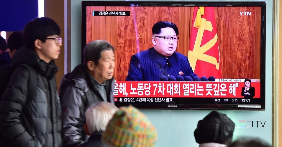 1º.jan.2016 - Norte-coreanos assistem ao discurso de Ano-novo do líder do país Kim Jong-Un, transmitido por cadeia nacional de TV. No pronunciamento, ele destacou que a prioridade do governo será aumentar os indicadores sociais do país e evitou referências ao programa de armamentos militares norte-coreanos