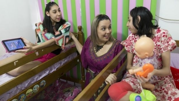 12.jan.2016 - Mãe de adolescentes com microcefalia ajuda nova geração a desafiar limites. Amazonense dá dicas sobre estímulo de crianças com microcefalia para mães via WhatsApp