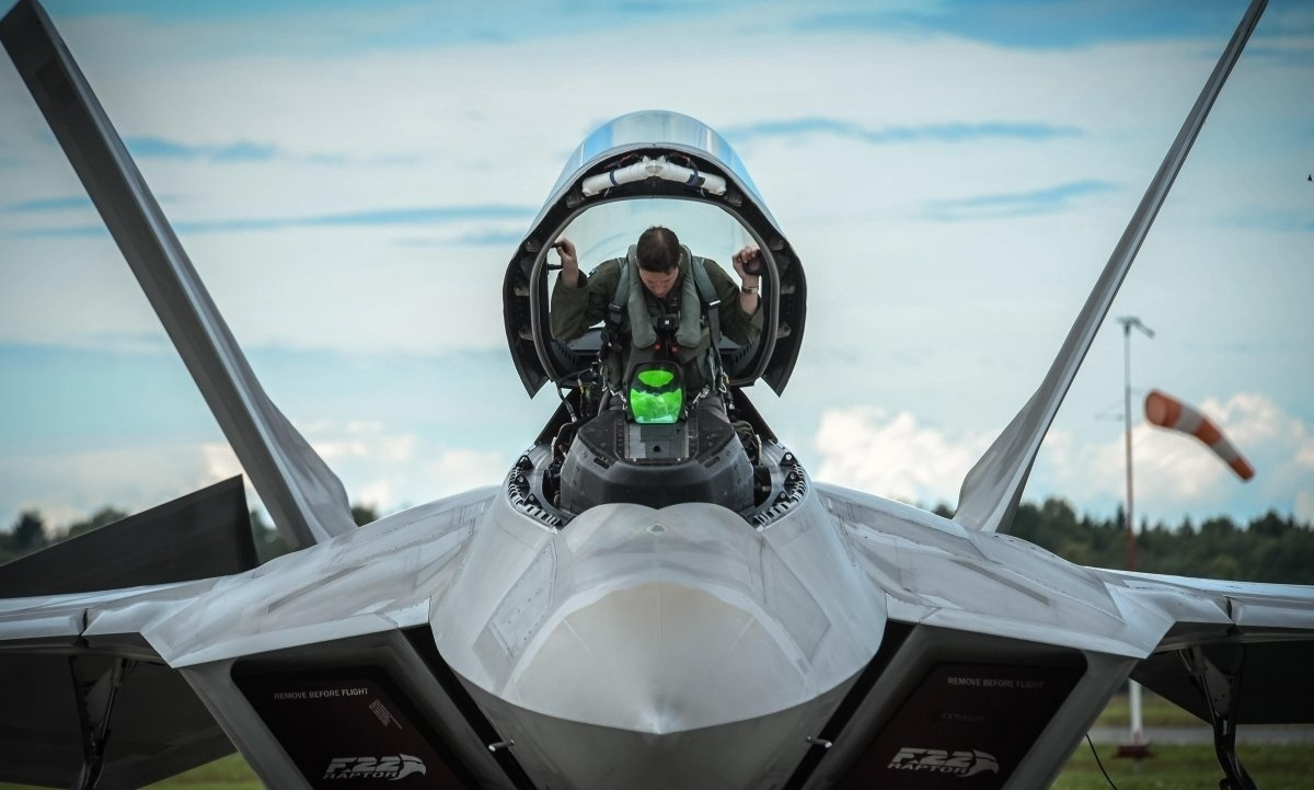 13.jan.2016 - O site Business Insider selecionou as melhores fotos de 2015 que mostram as ações da Força Aérea dos Estados Unidos. Nesta imagem do dia 4 de setembro, um F-22 pousa na base aérea de Tyndall, na Flórida