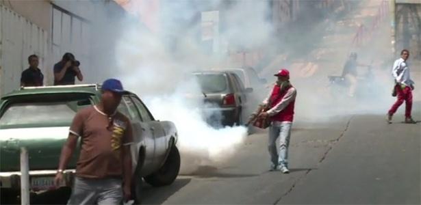 Fumacê é usado contra o mosquito Aedes aegypti em diversas regiões