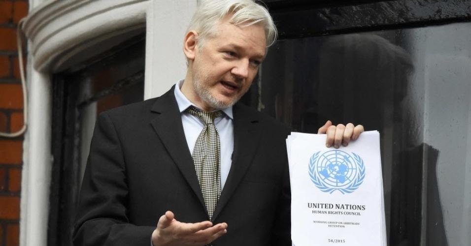 5.fev.2016 - O fundador do WikiLeaks, Julian Assange, segura cópia de documento da ONU que diz que ele foi
