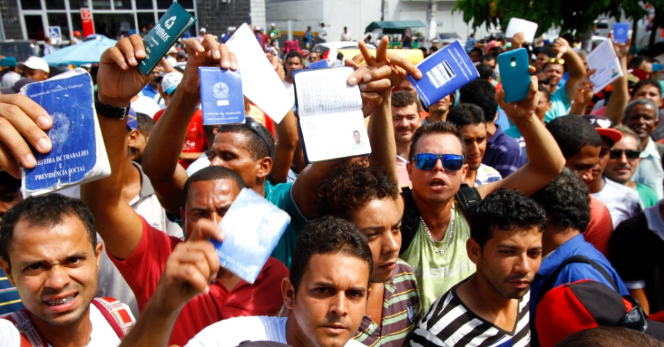 1.mar.2015 - Centenas de trabalhadores se aglomeram para tentar inscrição em vaga de emprego na retomada das obras na Refinaria Abreu e Lima, no Cabo de Santo Agostinho, em Pernambuco