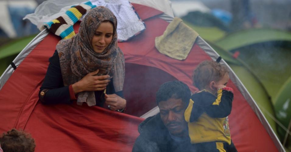 """12.mar.2016 - Família começa o dia em acampamento improvisado na fronteira greco-macedónia, perto da aldeia grega de Idomeni, onde milhares de refugiados estão retidos por causa do fechamento das fronteiras nos Balcãs. Mais de 14.000 refugiados, principalmente sírios e iraquianos, incluindo muitas crianças, continuam acampados depois da Macedônia seguir Eslovênia e Sérvia e fechar as fronteiras, impedindo o avanço rumo a países do norte europeu. Trabalhadores de ajuda descrevem as condições no acampamento como """"crítica"""""""
