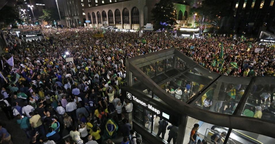 16.mar.2016 - Avenida Paulista fica tomada em frente ao prédio da Fiesp por manifestantes em protesto contra Dilma Rousseff (PT) e contra a nomeação de Lula (PT) como ministro da Casa Civil
