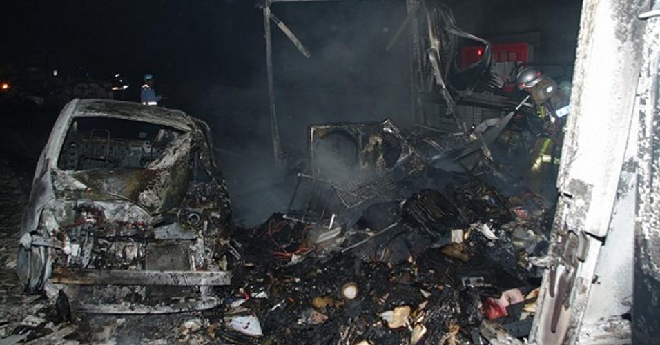 17.mar.2016 - Veículos ficam carbonizados após acidente em túnel na região de Hiroshima, no Japão. Duas pessoas morreram e 60 ficaram feridas no engavetamento ocorrido no túnel Hachihonmatsu, de 860 metros de comprimento