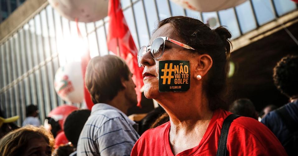 """18.mar.2016 - Mulher colou adesivo com a frase """"Não vai ter golpe"""" no rosto durante ato a favor da democracia e contra o impeachment da presidente Dilma Rousseff, na avenida Paulista, em São Paulo"""