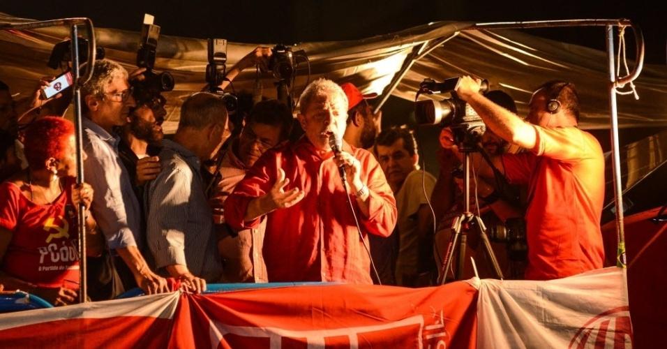 18.mar.2016 - Na avenida Paulista, em São Paulo, o ex-presidente Luiz Inácio Lula da Silva discursa durante a manifestação pela democracia e em apoio ao governo da presidente Dilma Rousseff