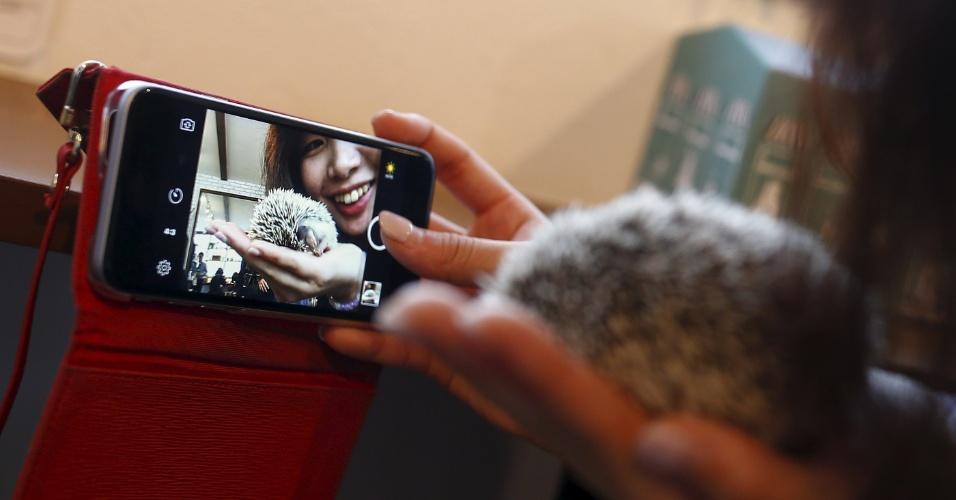 7.abr.2016 - A capital japonesa ganhou um café temático dedicado aos ouriços. Os clientes do Harry Hedgehog Café podem brincar com 20 a 30 ouriços de diferentes raças e observá-los cochilando nos tanques de vidro.  O local fica no distrito de Roppongi. O nome do café Harry faz alusão à palavra japonesa para o ouriço, harinezumi