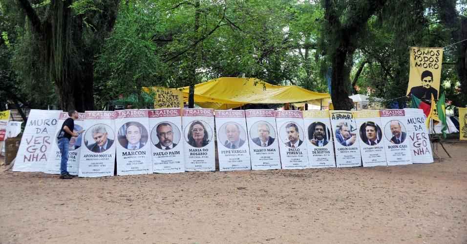 13.abr.2016 - Membros do Movimento Vem Pra Rua montam acampamento pró-impeachment no parque Moinhos de Vento, o Parcão, em Porto Alegre (RS). Os ativistas expõem bandeiras contra Dilma e Lula e mensagens de apoio ao juiz federal Sergio Moro. No domingo (17), um telão será montado no parque para transmitir ao vivo a votação do impeachment na Câmara dos Deputados