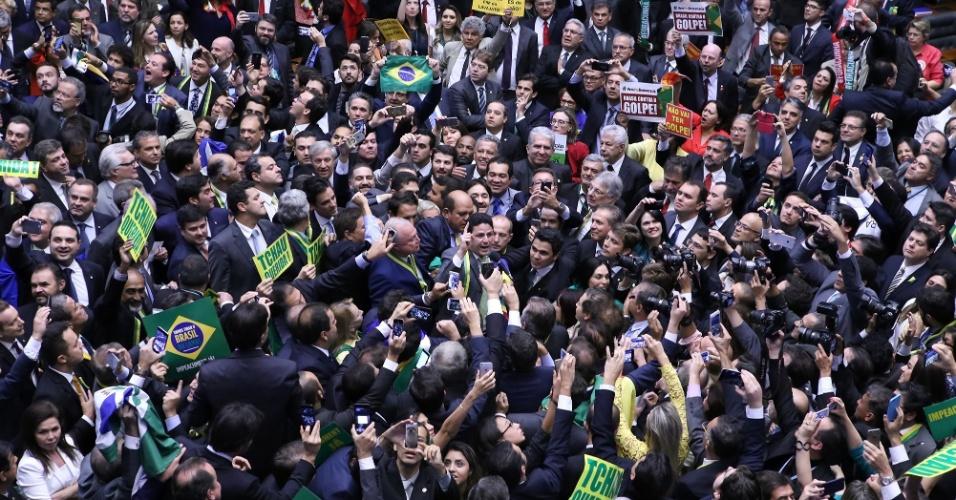 17.abr.2016 - O deputado Bruno Araújo (PSDB-PE) foi cercado por outros parlamentarem oposicionistas à presidente Dilma (PT) na expectativa do voto derradeira a continuidade do processo de impeachment